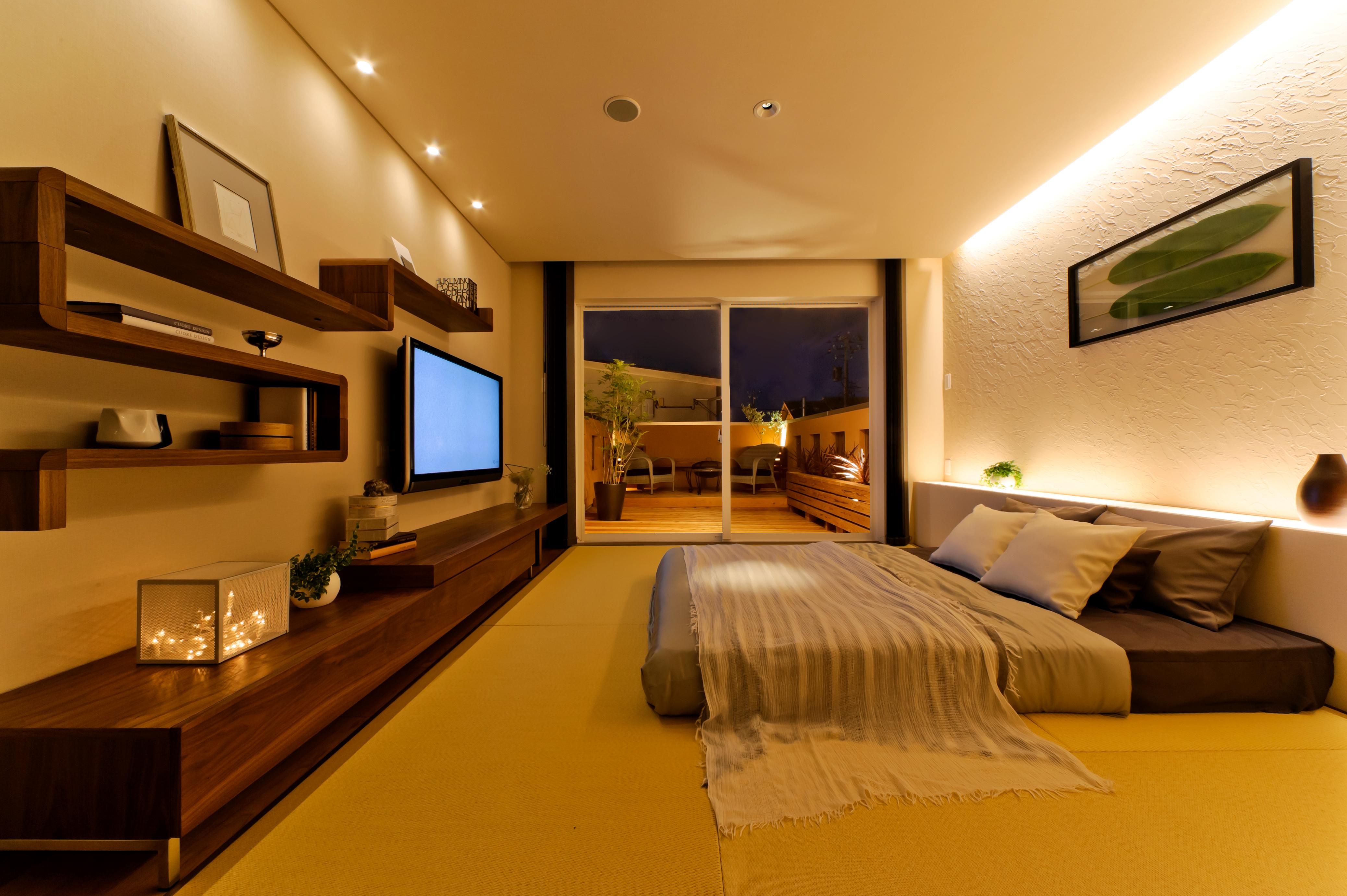 寝室/畳敷きの寝室は間接照明で癒しとくつろぎを演出。