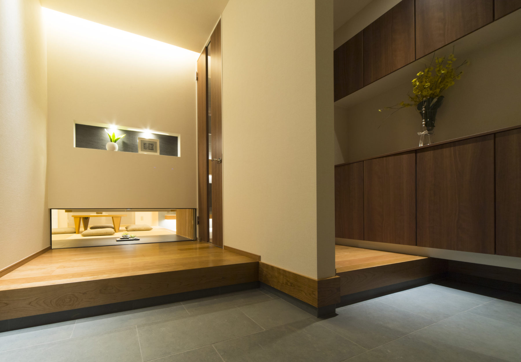 """実は、玄関からちらりと和室がのぞきます。""""分ける・つながる""""が絶妙なバランスで調整されたことで、  デザインと機能面の両方を兼ね備えた玄関空間に。"""