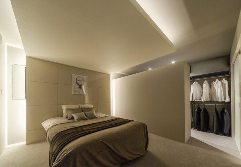 寝室は眠りやすさに配慮し、ほのかな間接光のみで構成されています。