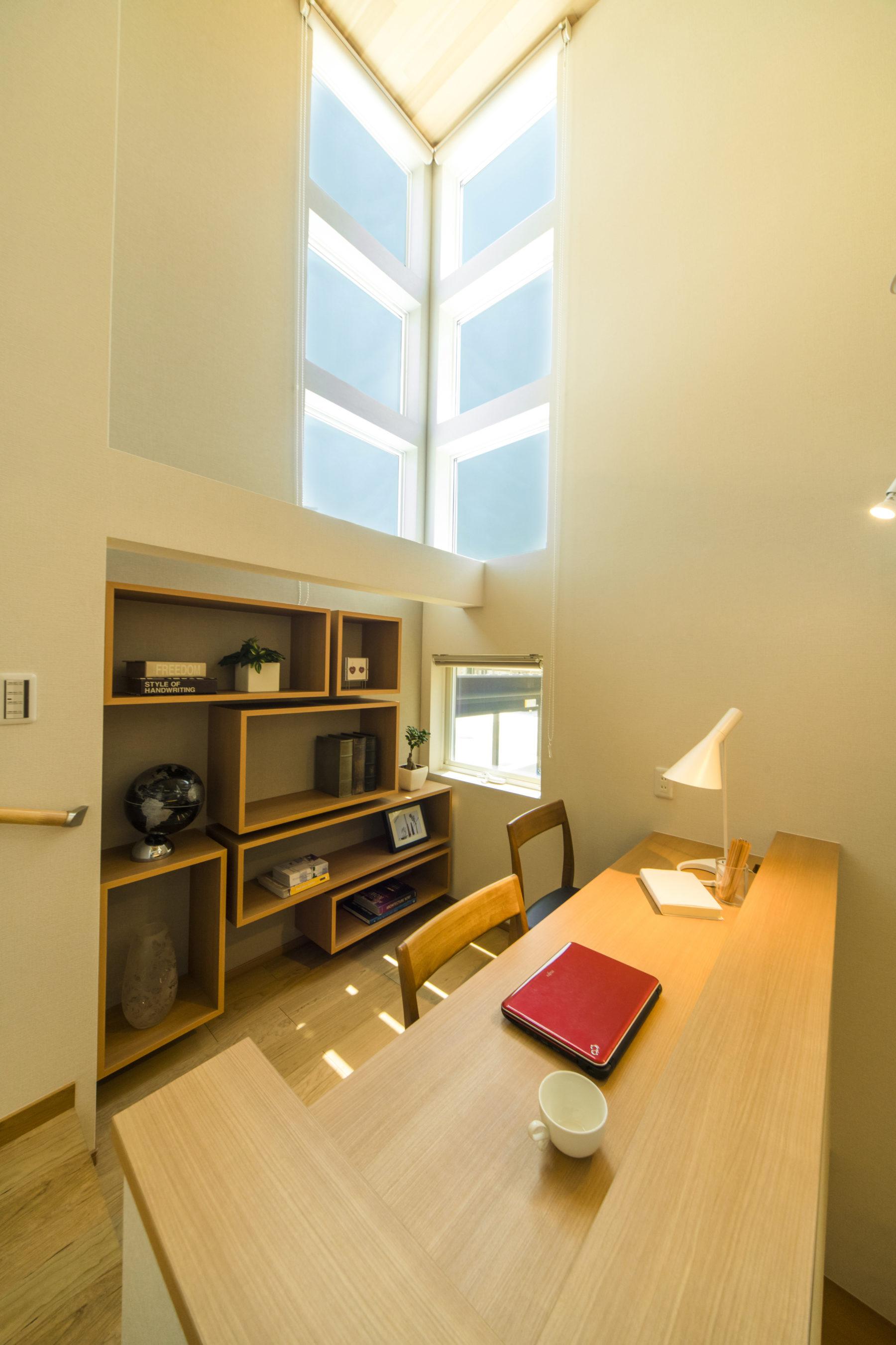 リビングを眺めながら、調べ物や読書ができます。スタイリッシュな造作棚も。