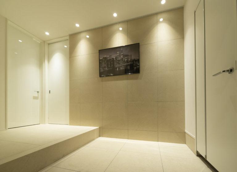 大理石の優しい色味、美しい光沢感が家族やお客様を出迎えるエントランス。