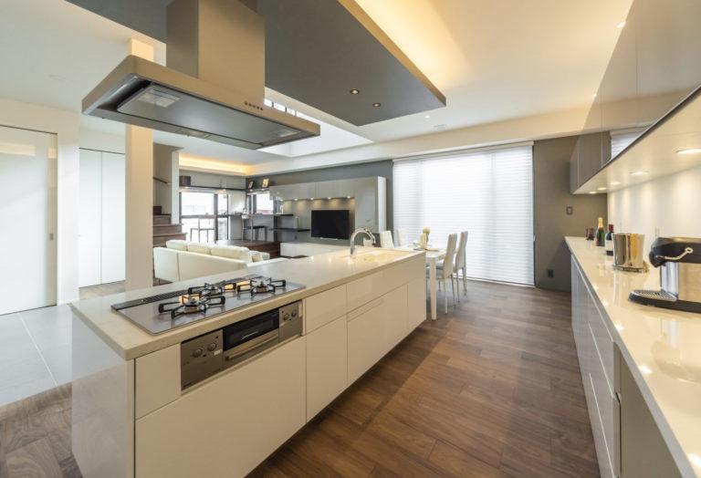 施主様の憧れをカタチにした、使い勝手がよくラグジュアリーな独立型キッチン。直輸入の大理石天板を含めたイタリアンデザインキッチンを標準装備としてレイアウトしました。