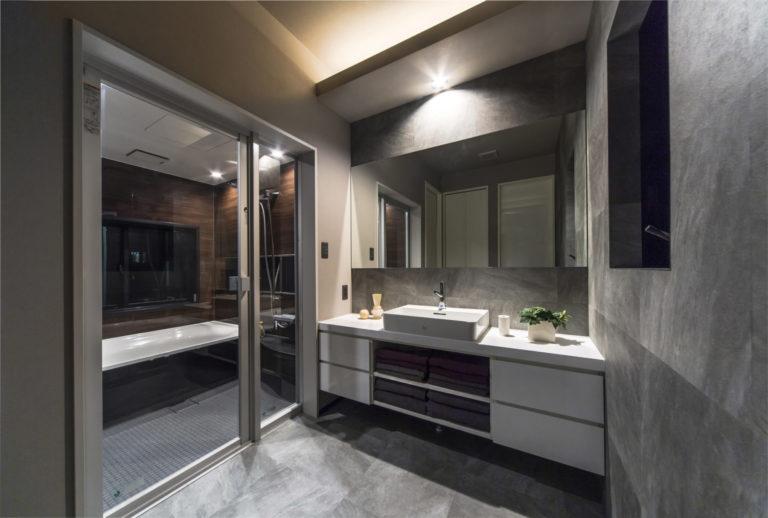 イタリアンテイストのサニタリースペース。壁や床材にこだわり抜いています。
