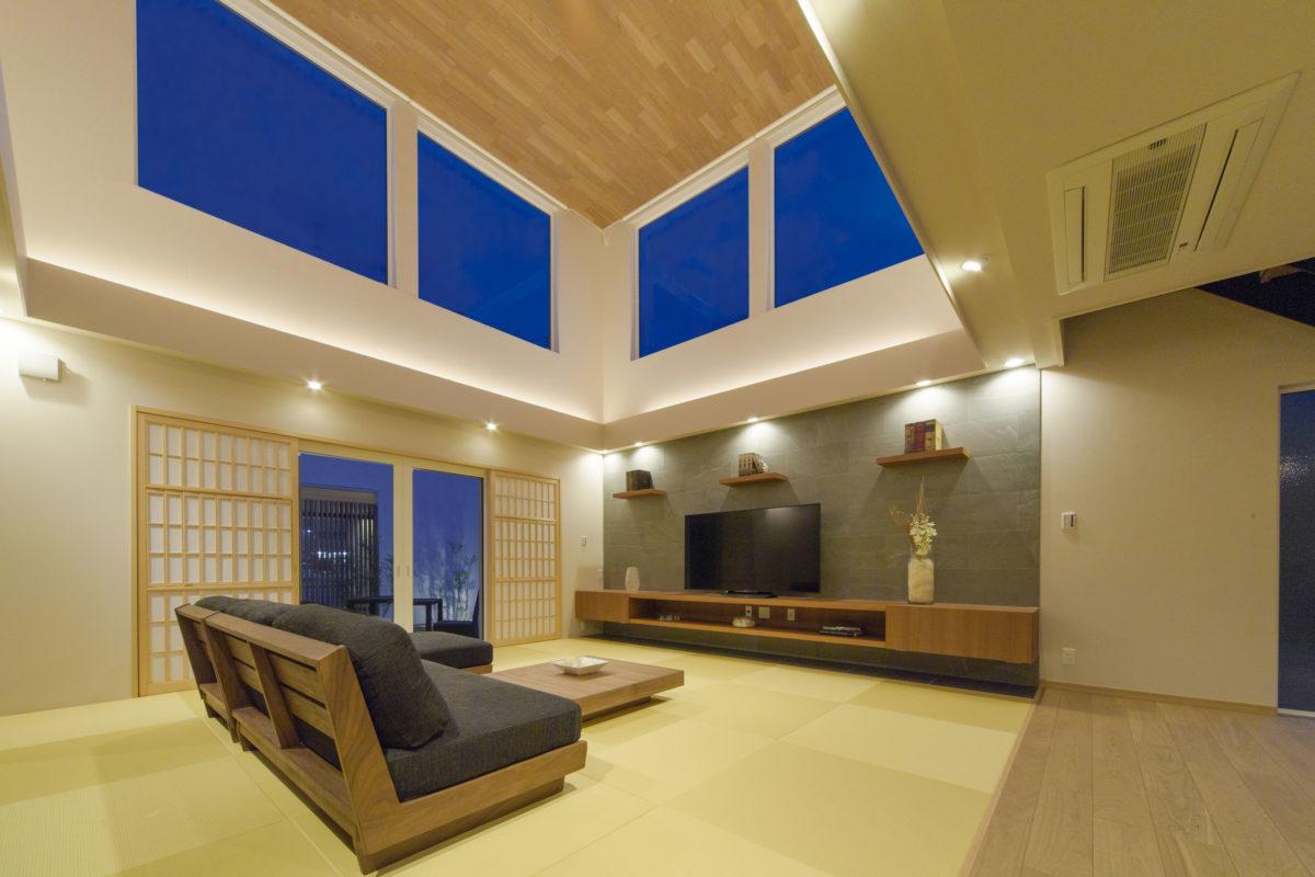 明るく開放的な、心地よい空間に畳床を設け、大家族でも一同に集まれるリビングとしました。