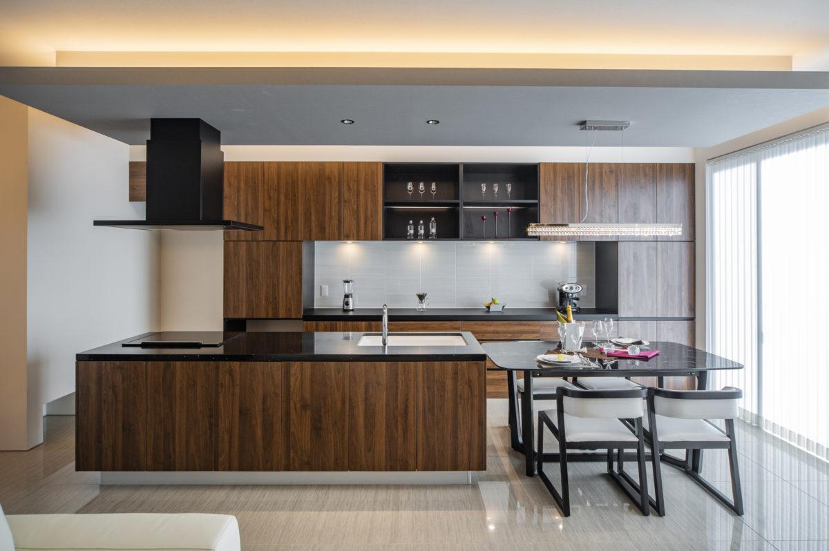 ウォールナット調に黒系のアクセント色がマッチした重厚で高級感ある直輸入イタリアンデザインキッチン空間です。
