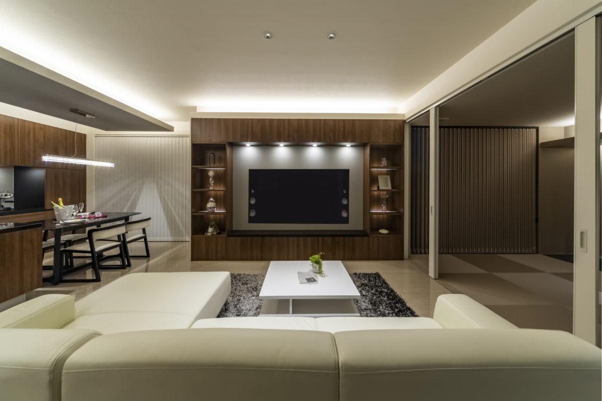 壁一面を使用し、直輸入造作棚と照明で演出、 デザインと機能性が融合したTVボードです。
