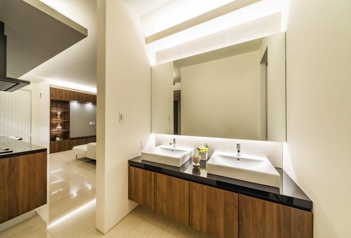 使い勝手のよいダブルシンク造作洗面台、 間接照明も用い高級感ある空間を演出しました。