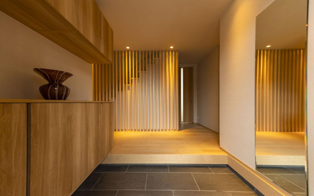 シンプルな玄関ながら、ダウンライトによる光と格子による和の演出で、訪れる方を温もりをもってお出迎えします。