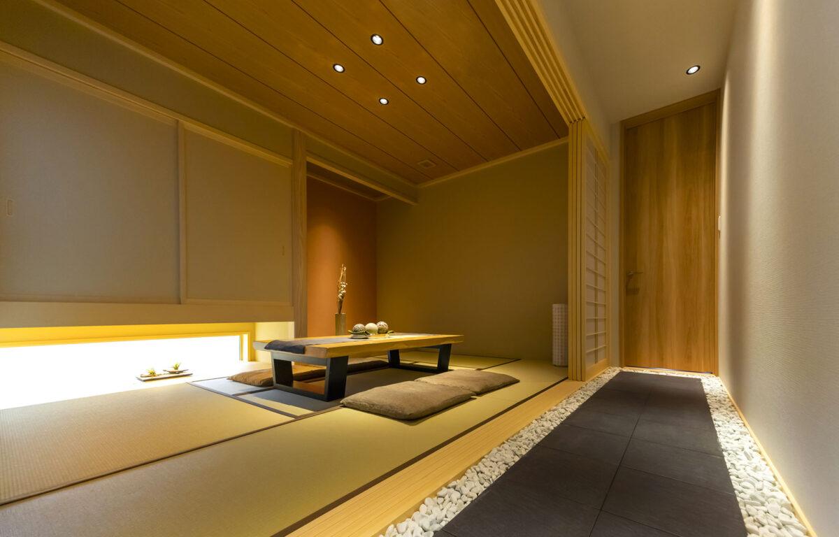 豪華な和室と白と黒のコントラストを意識した回廊はあたかも高級旅館さながらの雰囲気を楽しませてくれます。