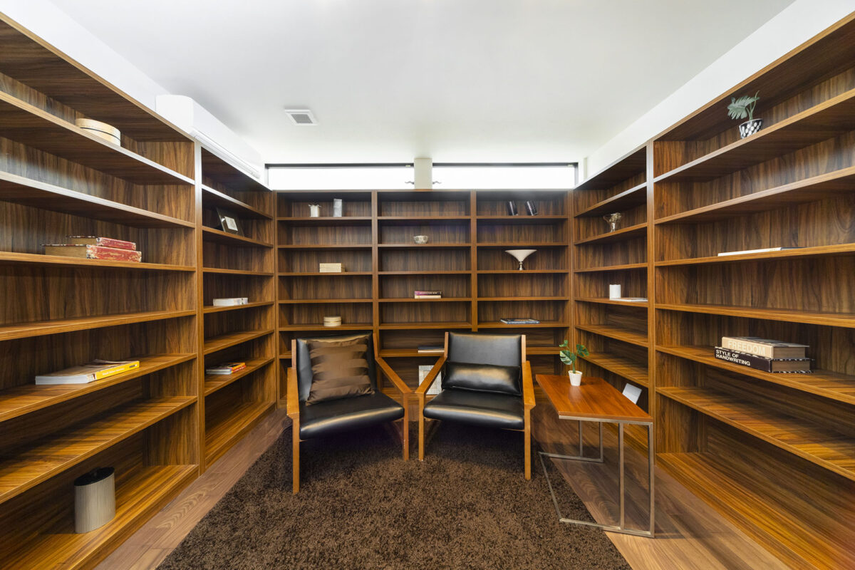 まるで小さな図書館のような自慢の書斎。自分だけの空間で好きな本に囲まれて飲む珈琲は格別だと思います。テレワークするにも最高ですね。