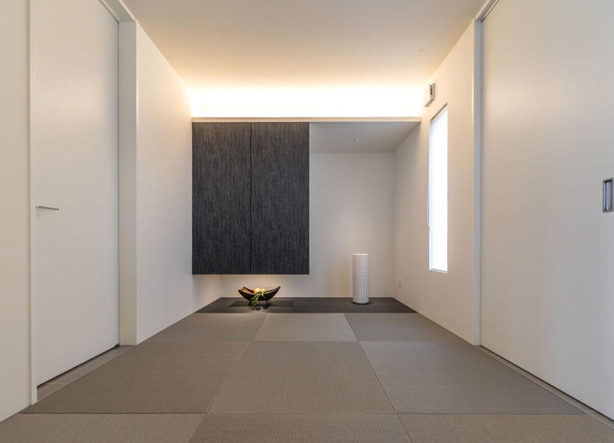 ホテルデザインのデッラ・カーサには、シンプルさを追求した和室がフィットします。吊り押し入れの下をブラックタイルでフラットに仕上げ、収納にはあえて取っ手も隠し、スッキリと見せました。