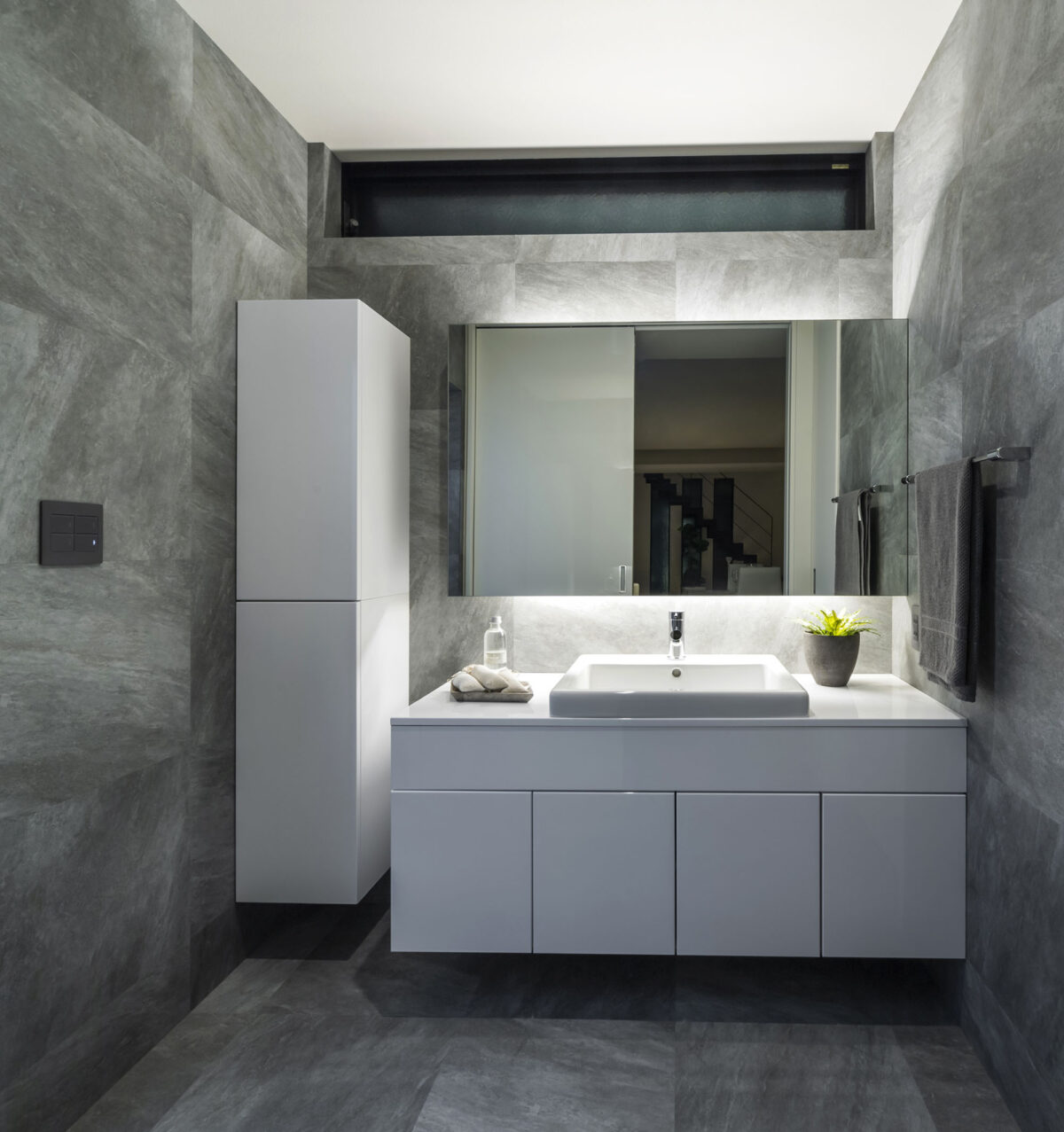 鏡面白塗装仕上げのハイグロス面材で造り込まれた洗面ドレッサーです。一日の始まりと終わりは、上質なホテルのような洗面室で心を落ち着かせるのも一興ですね。