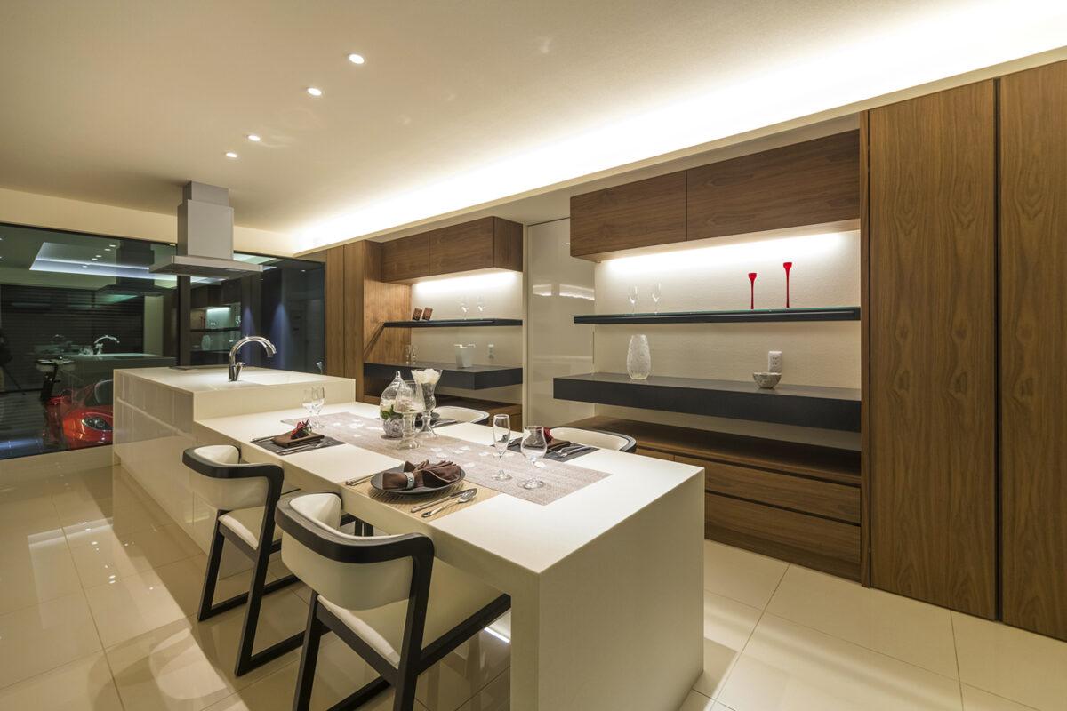 高級感溢れるタイル張りの床と鏡面仕上げのアイランドキッチンによって彩られたキッチン空間で毎日のお料理を楽しんで頂けます。キッチンはクオレオリジナルデザインです。