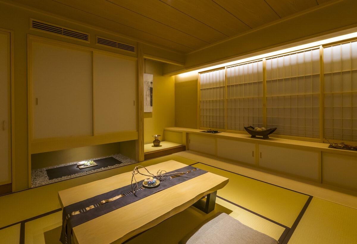 石畳の回廊を抜けるとまるで高級旅館を訪れたような雰囲気の和室がお出迎えします。和の落ち着いた空間に吊押入や床の間に季節の小物などをディスプレイし、来訪者に癒しと寛ぎをご体感頂けます。