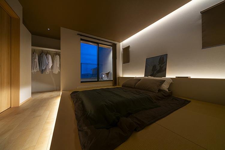 「他とは違う家にしたい」というお施主様。寝室もこだわりのひとつです。 畳の小上がりを採用し、旅館のような雰囲気を演出しました。 寝室から出入りできるベランダは、まるで高級旅館の濡縁にいるような優雅な気分を味わえます。