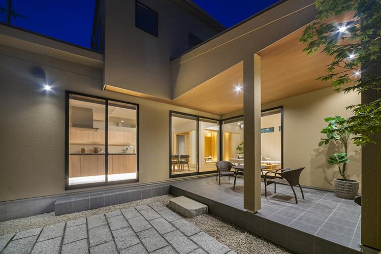 LDKと一体化し、広々と使える中庭は、石畳と玉砂利で和風庭園のような装いに。 屋根付きのタイルテラスで、家族みんなでごはんを食べたり、ゆったりお酒を飲んだり、日々の生活に彩りをプラスします。