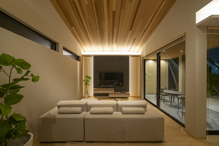 造作テレビステーションは、和室と統一感を持たせた格子を施し、収納部分にはキッチンと同じ木目素材を使用することで、家全体を美しくコーディネートしました。