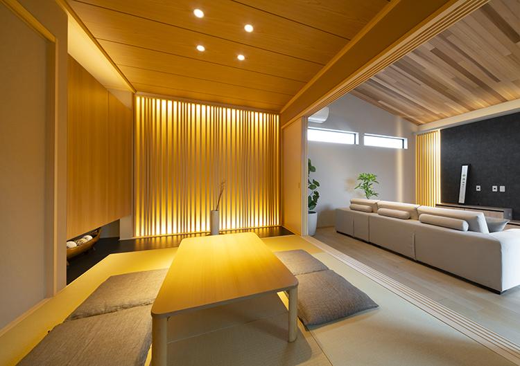 和室は、引き戸を開ければLDKの一部として、閉め切ればおもてなしの客間へと早変わりします。格子からこぼれる間接照明の光が、幻想的な美しさを放ちます。