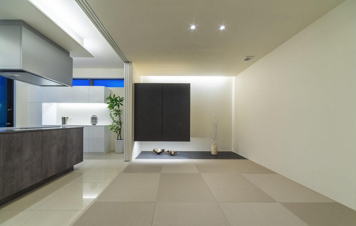 和室は隣のLDKと馴染む色合いの畳をコーディネートしました。 ダークグレーの吊り押入れの下に間接照明を落とすことで、シンプルながらも幻想的な雰囲気を演出しています。