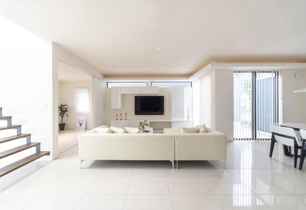 3mのL字型ソファを置いても余裕のあるリビングは、さらに天井高を高くすることでより開放的な空間となりました。床材に鏡面タイルを使用することで、洗練された空間を演出しています。