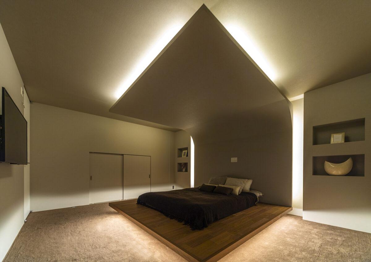 落ち着きのある寝室は、照明の光が直接目に入らないよう工夫されており、快適な眠りを誘います。