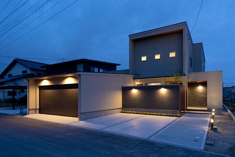 ダウンライトと家の中からこぼれる温かい光が、ご家族の帰りを優しく迎え入れます。 通りからの人目が気にならない設計で、毎日の暮らしに安心をプラスします。