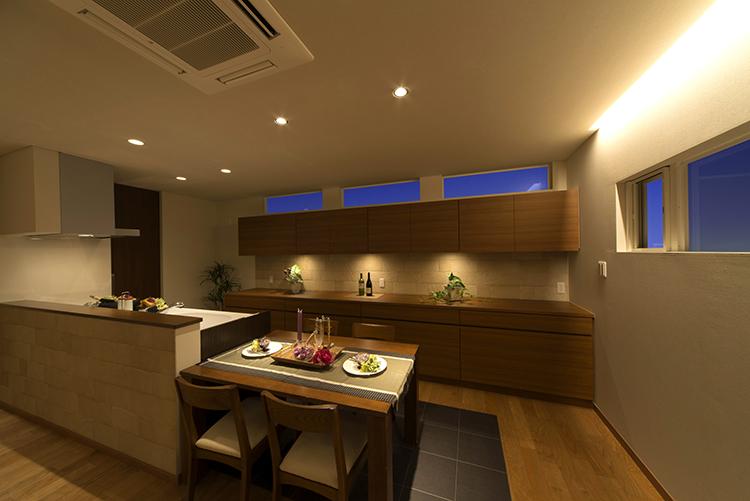 キッチンには収納力抜群の造作食器棚があります。 タイルに落とした照明は、おしゃれさを演出。実用性とデザイン性を実現できるのは造作ならではです。また、キッチンから洗面ランドリーに繋がる動線で、家事をラクにできるのも嬉しいポイントです。