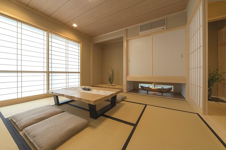 和室には、玄関から畳廊下を通って直接入ることができます。障子戸から入る優しい光によって、旅館のようにゆったりと寛げます。吊押し入れを採用することで、空間に奥行が生まれました。季節に合わせたディスプレイを愉しむこともできます。