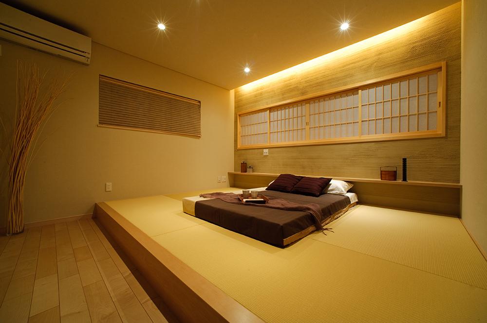 寝室は小上がりにして、障子戸やぬりかべの壁面に間接照明を施し、旅館のような落ち着いた空間にしました。畳の持つぬくもりがさらに和の雰囲気を追求し、日々の疲れを癒してくれます。
