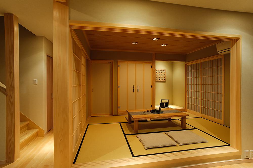 畳の床の間がポイントの風情ある和室は、玄関からもリビングからも入ることができます。 来客時のおもてなし空間としても、普段の寛ぎスペースとしても、様々なシーンで活躍します。障子を開ければリビングとワンフロアの感覚で使うことが出来ます。