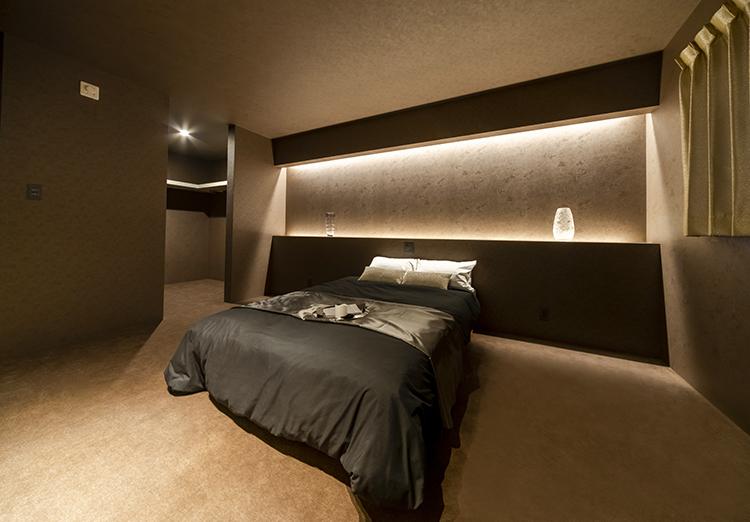 寝室にもホテルライクなこだわりが。 落ち着いた色使いと間接照明の演出で、高級感がありながらもくつろげる空間に仕上げました。