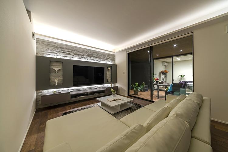 壁一面にタイルを施したオリジナルの造作テレビステーションです。 間接照明の優しい光によって、そこに居るだけで心が落ち着く空間になりました。