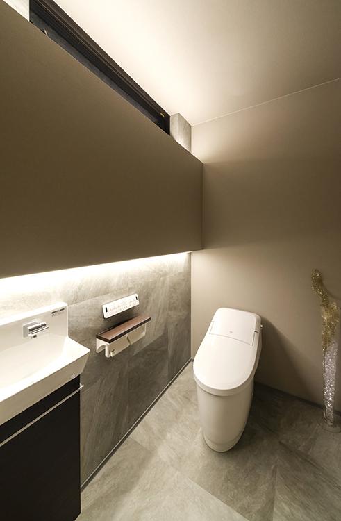 トイレにもダークグレーを採用し、ホテルライクな雰囲気を演出しました。 デザイン性だけでなく、換気・お掃除がしやすく実用性も抜群です。 毎日使う場所だからこそ、細部にまでこだわっています。