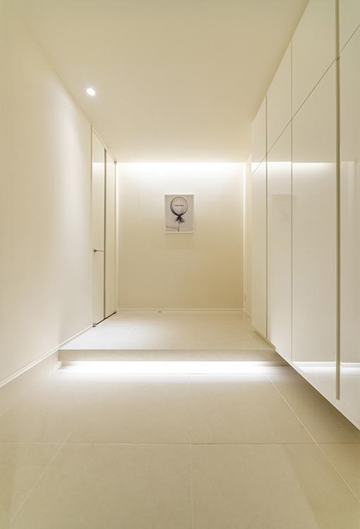 ホテルライクな家の玄関には、高級感を演出します。 本物のタイルでしか味わえない艶感や足元を照らす間接照明が、訪れた人を特別な気分にさせてくれます。