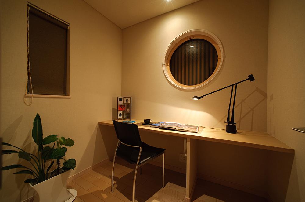 これからの時代に大活躍のテレワークスペースには、和を感じさせる丸い窓と格子を設置しました。 カウンターを広くとることで、パソコンや書類を広げて作業ができます。一人で集中したいときにぴったりの空間です。