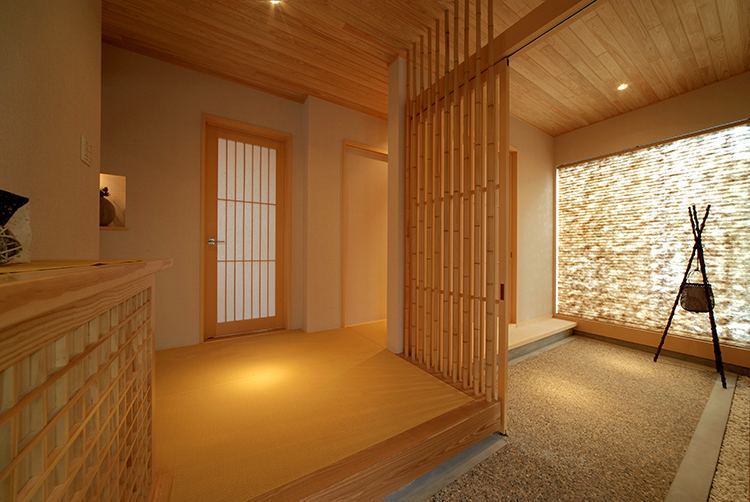 玄関に一歩足を踏み入れた瞬間から、旅館のようなゆったりとした時が流れます。 洗い出しの玄関と畳張りの玄関ホール、竹の格子による和の風情が訪れた人を優しく出迎えます。 畳玄関はまさに旅館のような寛ぎを感じさせてくれます。