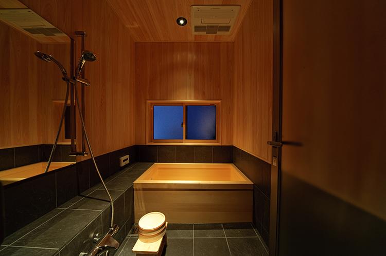 お風呂はなんとひのき風呂。温泉旅館のような贅沢な時間を日常で過ごすことが出来ます。毎日のバスタイムが楽しみになるような、リラックスできるこだわりのお風呂です。