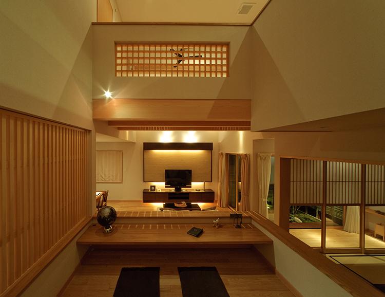 中二階からは、リビングや和室が見渡せます。 家の随所に施した格子の木の温もりが、落ち着きをもたらす空間となりました。