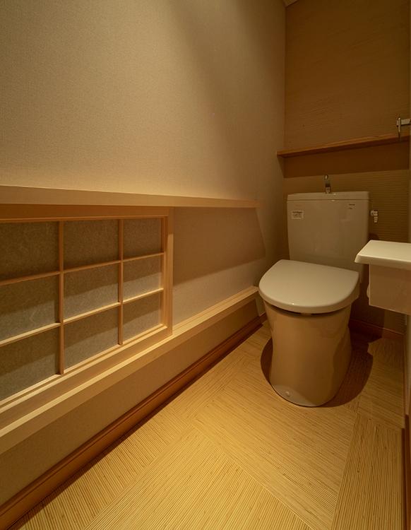 トイレの床には籐風のフロアタイルを採用しています。 細部まで和のデザインにこだわりました。