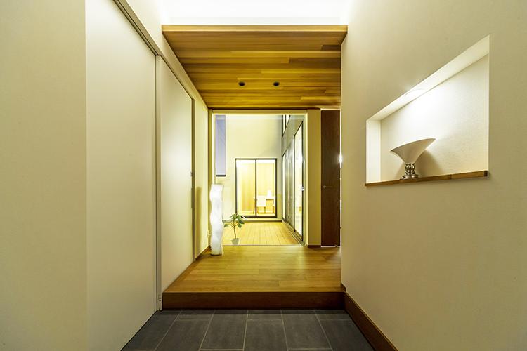 家族の帰りを迎え入れる玄関は、正面に大きな窓を設置し、開放感あふれる空間となりました。 外からの光で、優しい抜け感が出ています。