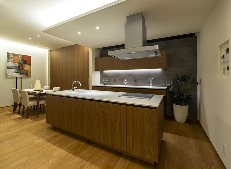 キッチンとカップボードは、標準装備の輸入造作家具です。 クォーツ素材の大理石天板は、薄くてすっきりとした印象で、木目の美しさをより引き立てます。 オリジナルオーダーで、デザイン性と機能性を両立させたキッチンは、使い勝手が抜群です。 ソフトクローズや背面収納など細部にもこだっているため、毎日のお料理の時間を充実させます。