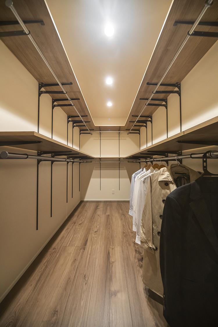 寝室横のウォークインクローゼットは大容量 で、服だけでなく布団などをしまっておくの にも便利です。