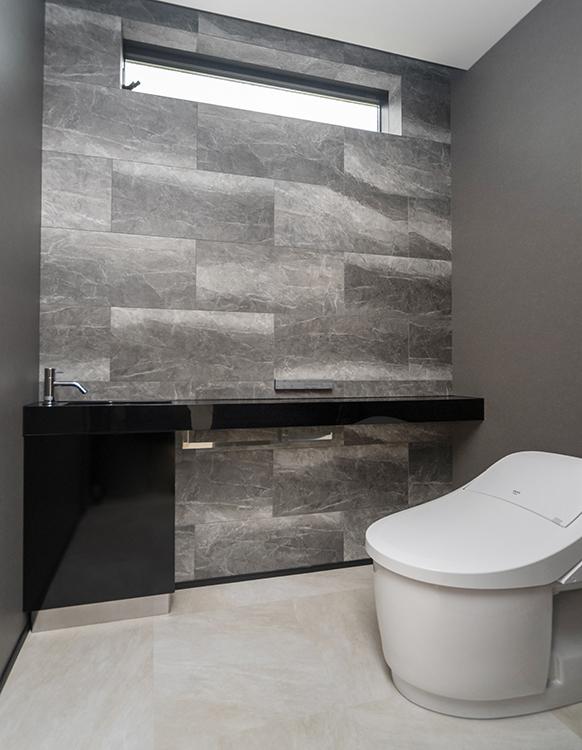 トイレにはダークグレーを採用し、 統一された色合いでワンランク上の 暮らしに。