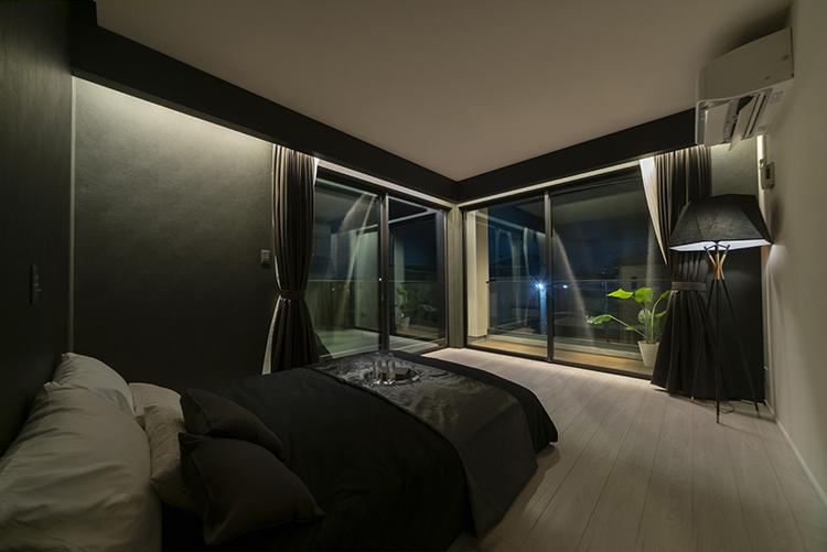 落ち着いた色使いの寝室は、まるで高級ホテルの一室のよう。 優しい光の間接照明が、さらに癒しを提供します。