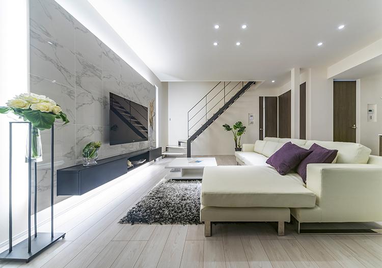 白を基調とした洗練された空間に、黒のアクセントが映える LDK。マーブル模様の入った 白い鏡面タイル壁にブラックキャビネットが映える、高級感のあるテレビステーションは、 オリジナルの輸入造作家具です。リビングでの寛ぎの時間をさらに有意義なものにします。