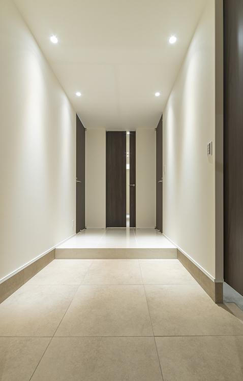 玄関の大判タイルが高級感を演出します。 マットな質感により、ワンランク上の上質感 を演出しています。モノトーンな雰囲気が 落ち着いた印象を与えます。